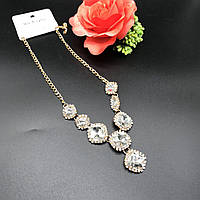 Золотистое колье инкрустированное крупными белыми алмазами