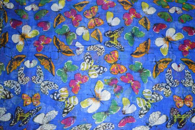 Синий льняной шарф с орнаментом бабочки фото 3