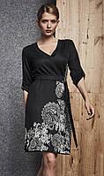 Женское трикотажное платье черного цвета с принтом. Модель 260057 Enny