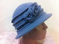Шляпа из мягкого фетра с параллельной  строчкой на тулье  и украшением в форме цветка