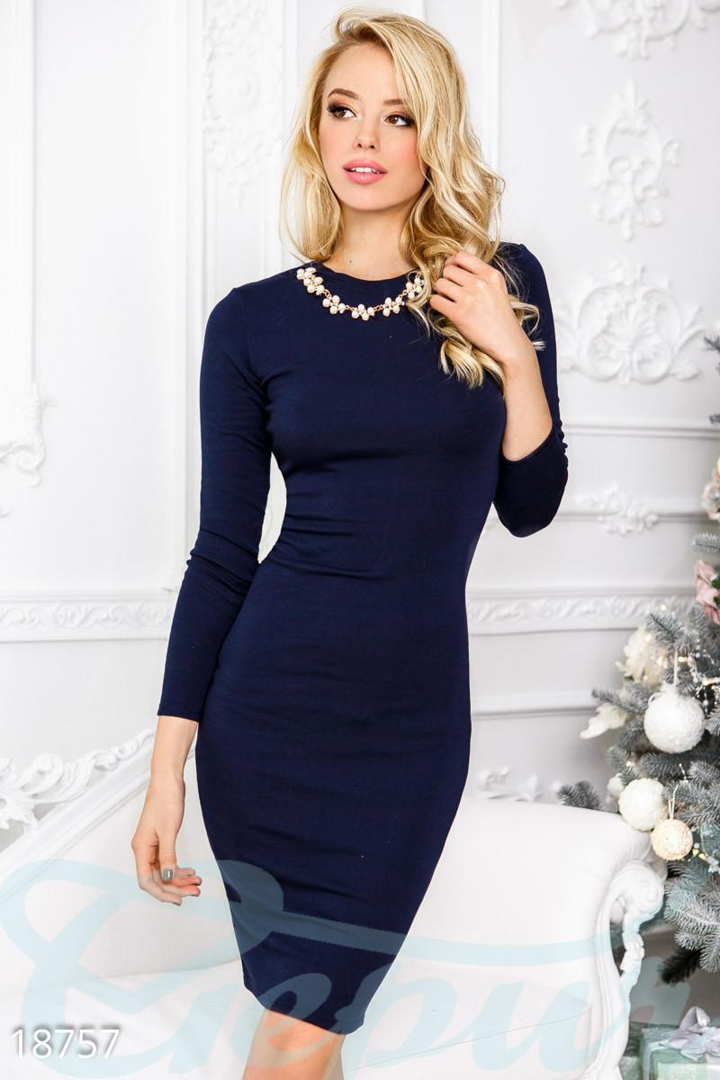 Теплое облегающее платье синего цвета