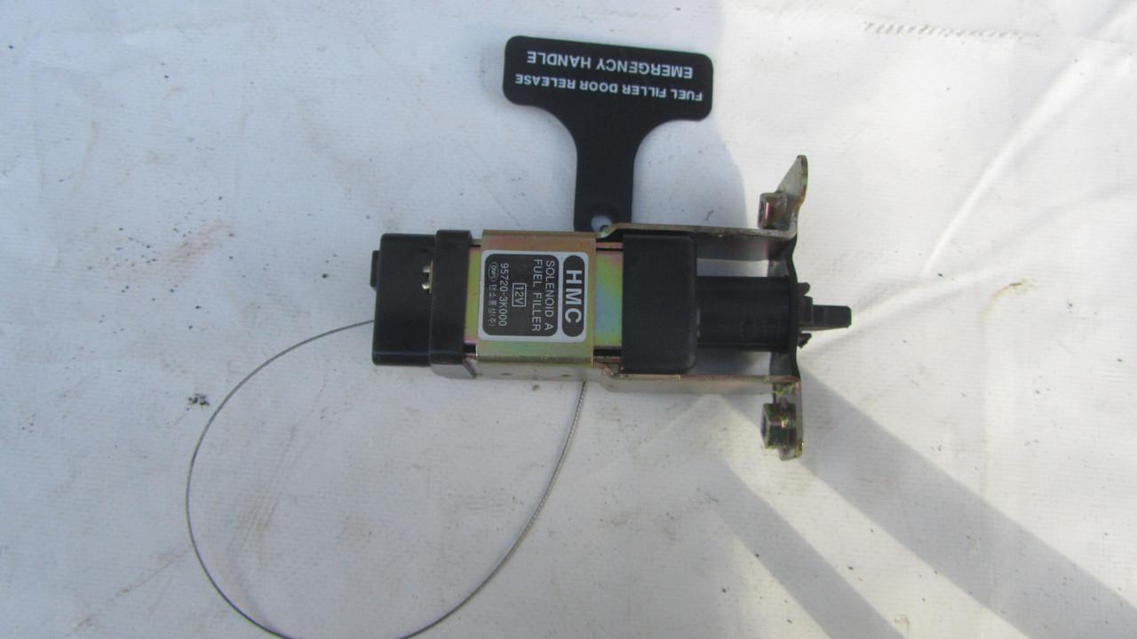 Актуатор лючка бензобака Hyundai Sonata NF 2004-2009 957203K000