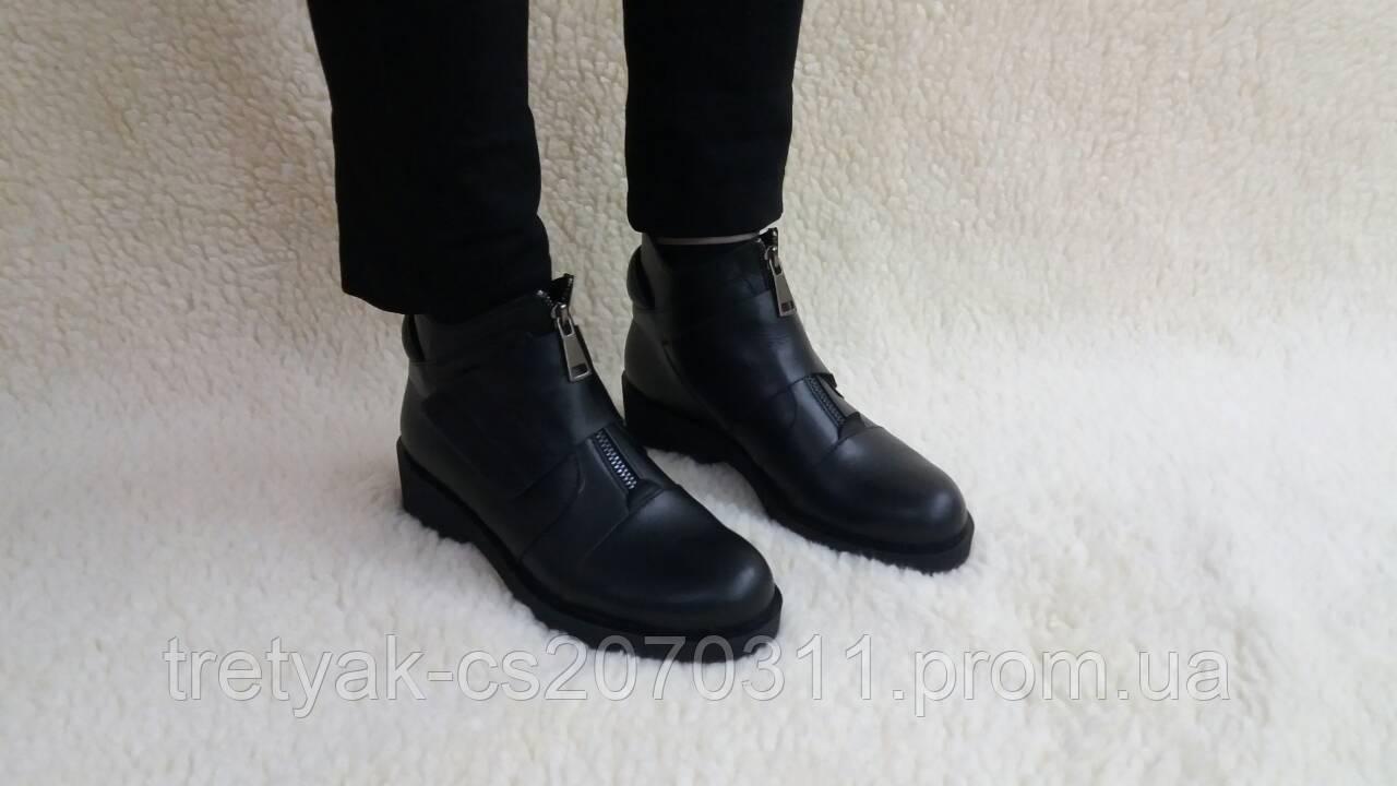 Женские демисезонные ботинки из кожи низкий ход со змейкой и липучкой