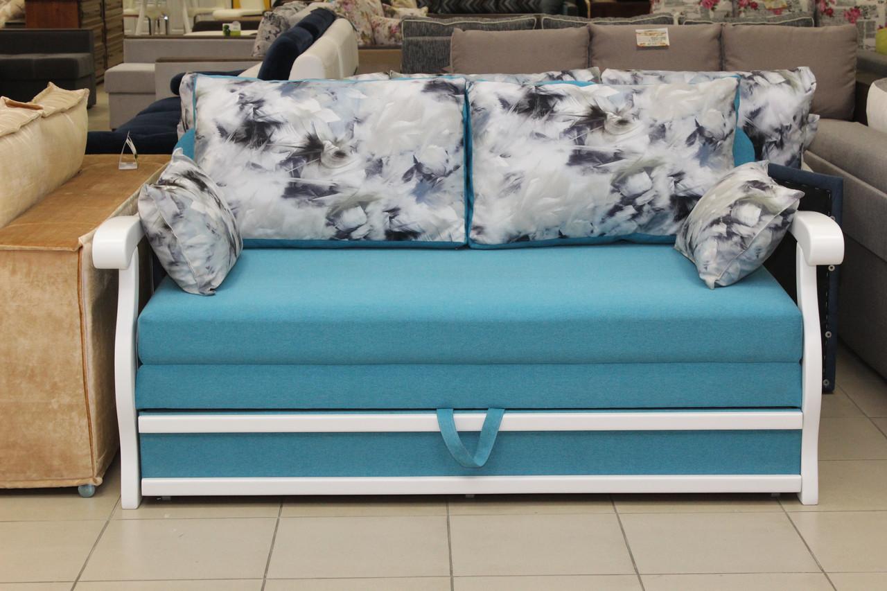 Раскладной диван с деревянными быльцами