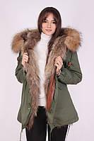 Парка Mr & Mrs Furs с мехом енота M Зелено-коричневый