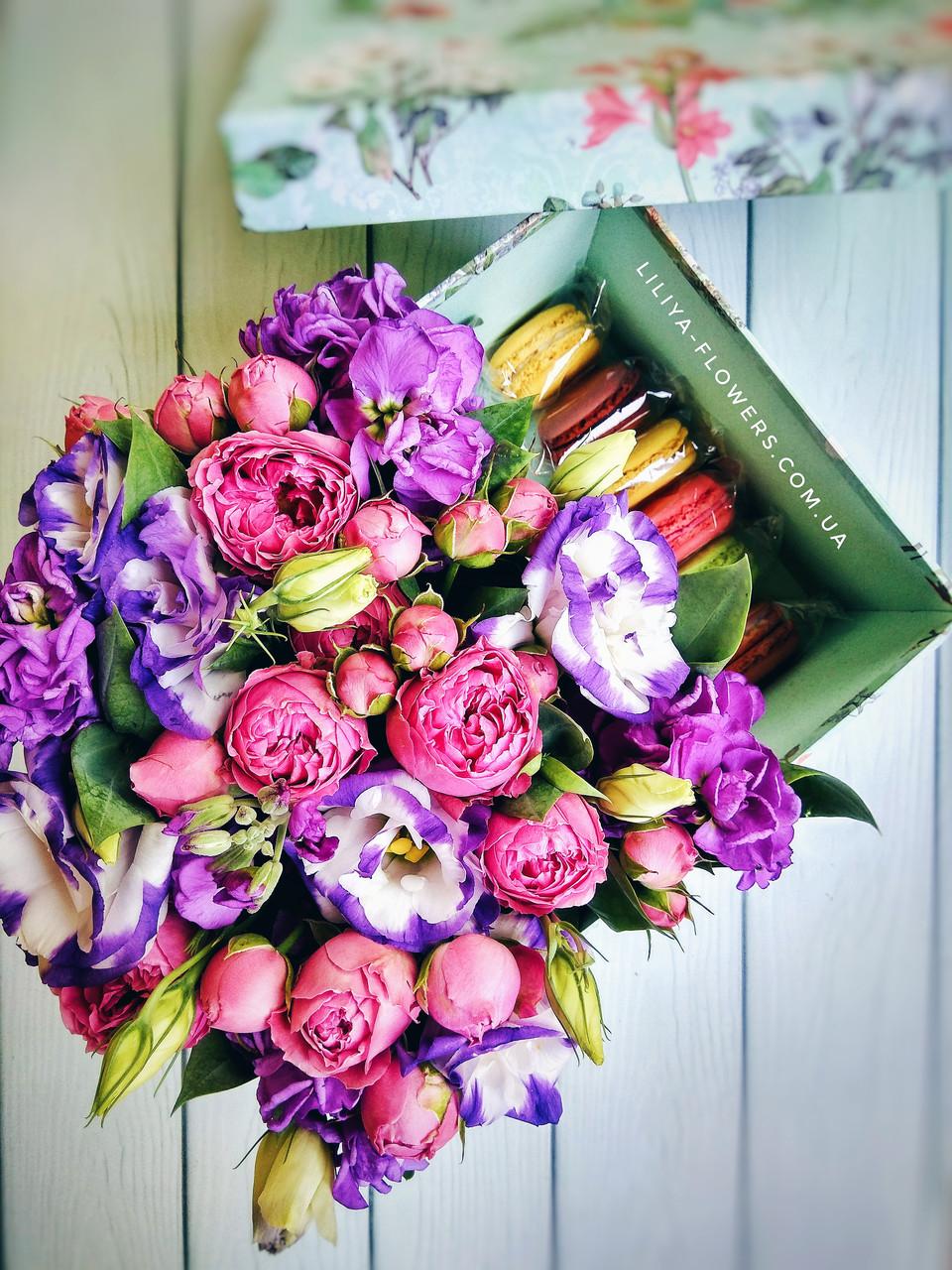 Композиция из цветов в коробке с макарунами