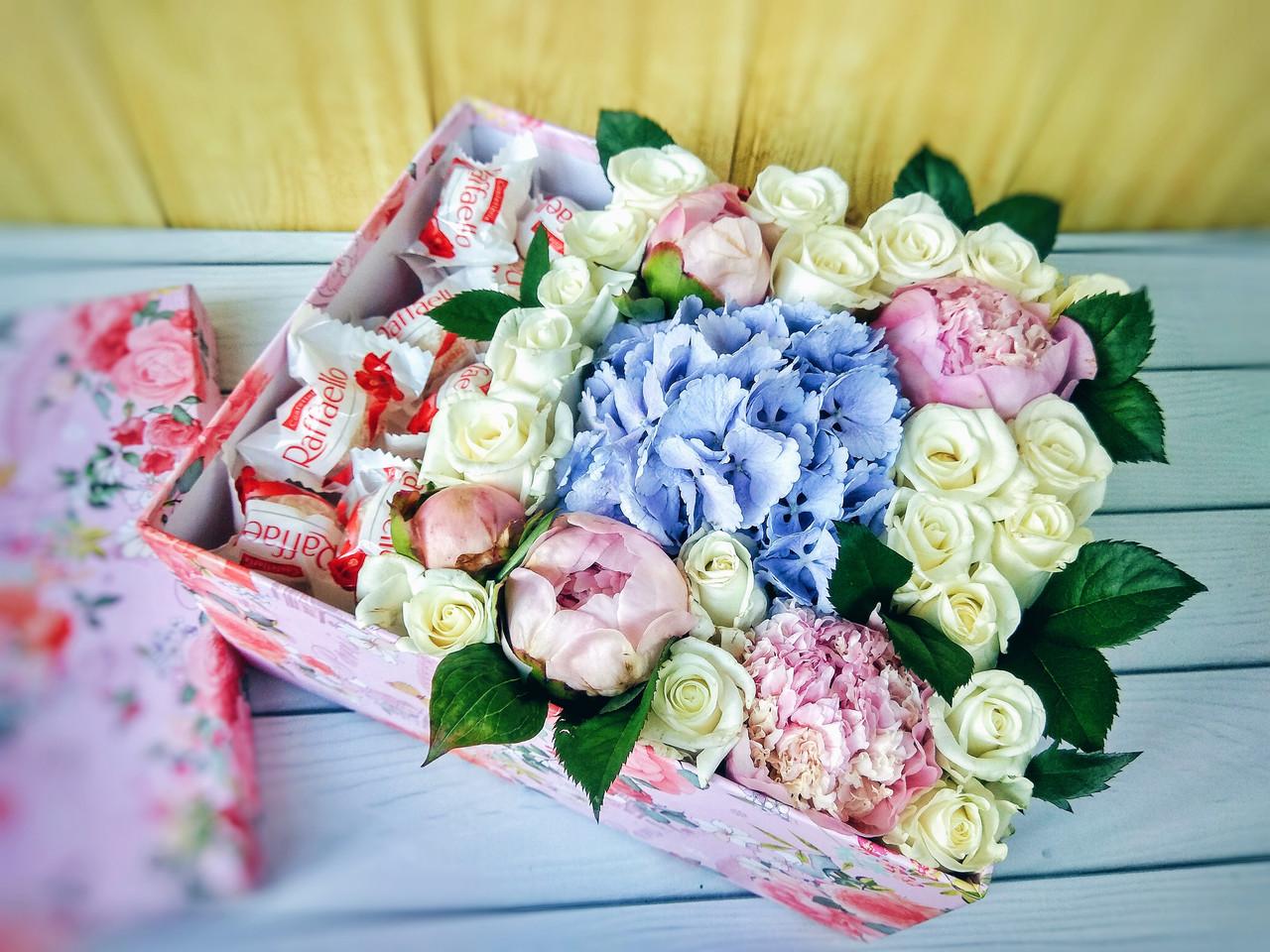 Коробка с пионами, гортензией, розами и Рафаэелло
