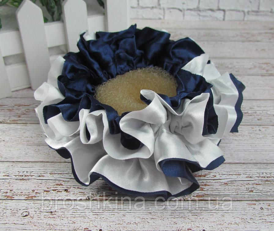 Об'ємна атласна гумка для волосся d 10 см синя з білим 10 шт/уп