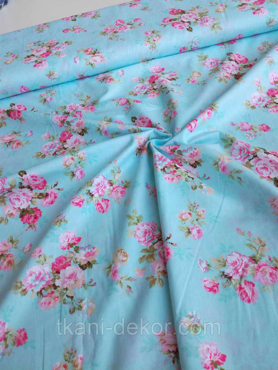 Сатин (хлопковая ткань) на голубом средняя пионовидная роза