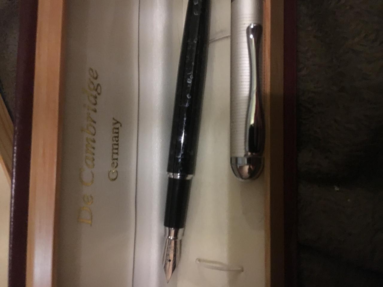 Пір'яна ручка з белім металом вставкою і лаковим корпусом