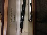 Перьевая  ручка с белім металлом  вставкой и лаковым корпусом