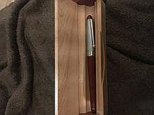 Перьевая ручка в деревянном корпусе и пенале