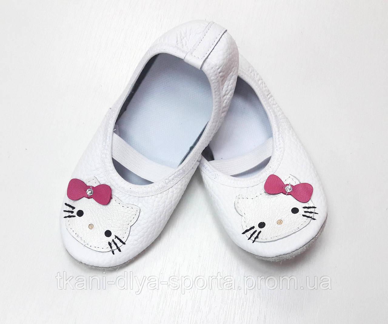 Чешки белые кожаные с аппликацией Hello Kitty