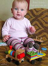 Малыш тянет каталочку, а за ним следует веселый паровоз! Игра способствует развитию мелкой моторики, учит первым различиям в формах фигур, цветовосприятию, поможет сформировать у ребенка первое понятие счета. Помогает изучить формы и цвета.