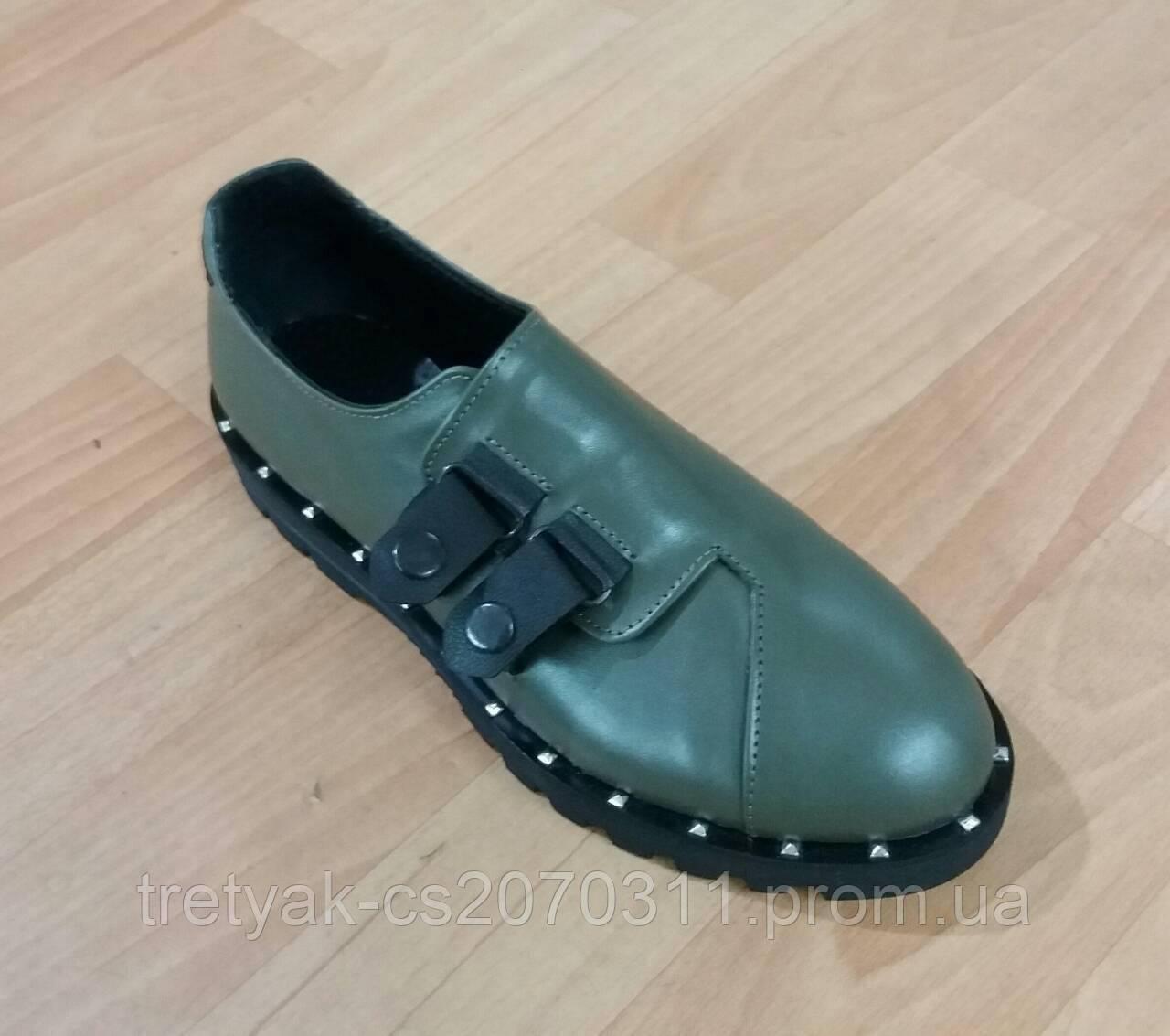 Женсие туфли лоферы с застёжкой на кнопках  цвета олива