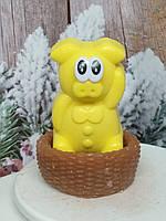 Подарочное мыло желтый хряк в корзине, ручная работа. Общий вес 250 г. Новогодняя феерия в год кабана 2019