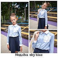 Блузка  голубая с кружевным цветком, фото 1