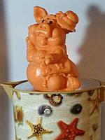 Яркое оранжевое мыло модная свинья в шляпе, ручная работа. Вес 260 г. Фееричный презент к новому году