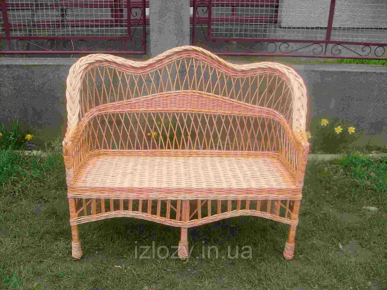 Плетеный диван из лозы с фигурной спинкой