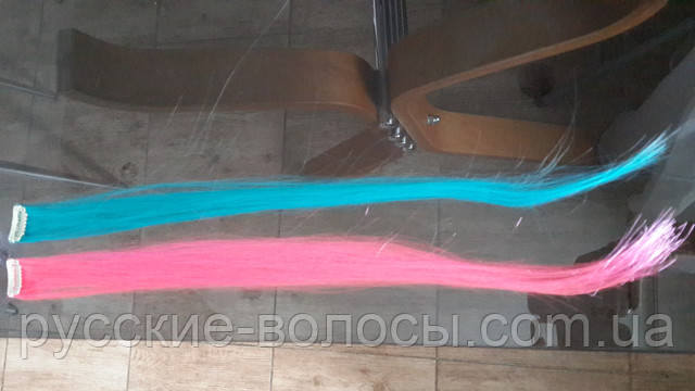 Яркие цветные прядки искусственных волос на закоклах.