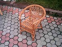 Маленькое кресло из лозы детское