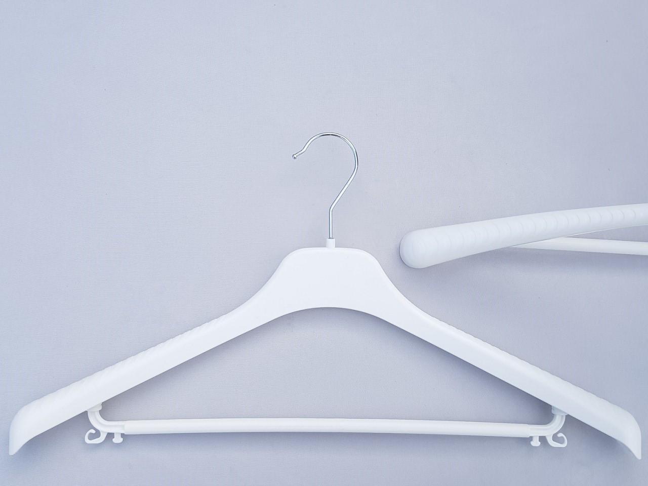 Длина 46 см.Плечики вешалки пластмассовые V-Tp46 белого цвета