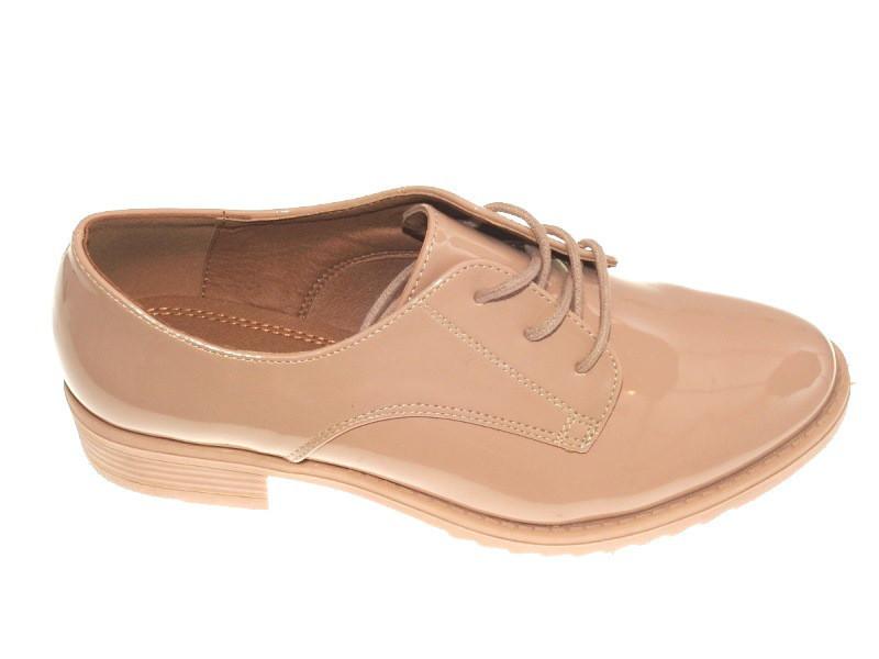 Бежевые лаковые туфли на шнуровке