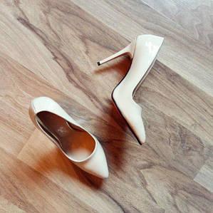 Бежевые лаковые туфли лодочки