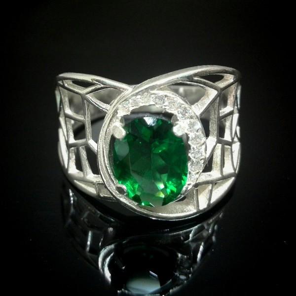 Широкое серебряное кольцо с зеленым камнем