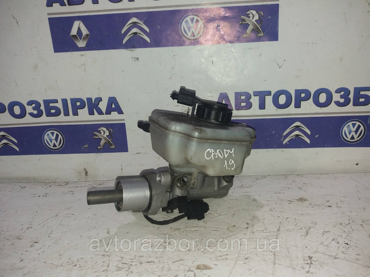 Главный тормозной цилиндр 2/4 выхода Volkswagen Caddy 04-09 Фольксваген Кадди Кадді