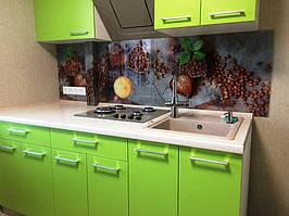 Установленный стеклянный фартук на кухне из зеленой мебели в Днепре