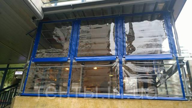 М'які вікна ПВХ в тентовке літнього майданчика ресторану та грального клубу.