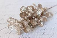 Декоративная блестящая веточка с листиками и ягодками кремовая с серебристым отливом, фото 1