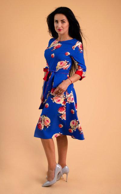 Женское платье прилегающего силуэта цвета электрик