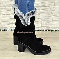 Сапоги женские зимние черные замшевые на устойчивом каблуке, декорированы меховой опушкой.