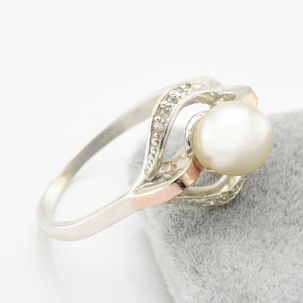 """Серебряное кольцо с золотыми пластинами """"Улыбка"""", вставка искусственный жемчуг, вес 2.54 г, размер 16.5"""