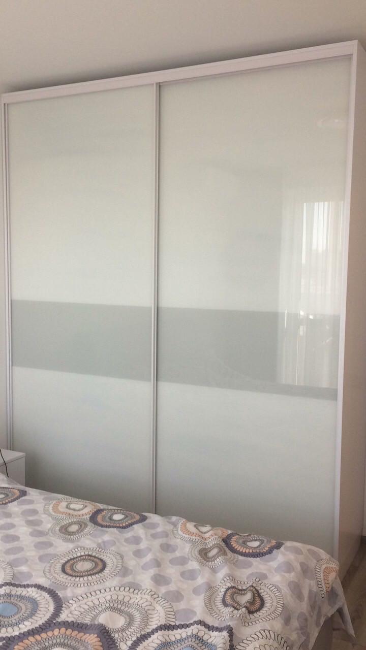 Шкаф купе на заказ c стеклами на фасаде Zola белый глянец V110