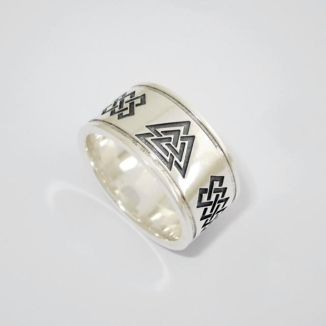 Серебряное кольцо с Валькнутом