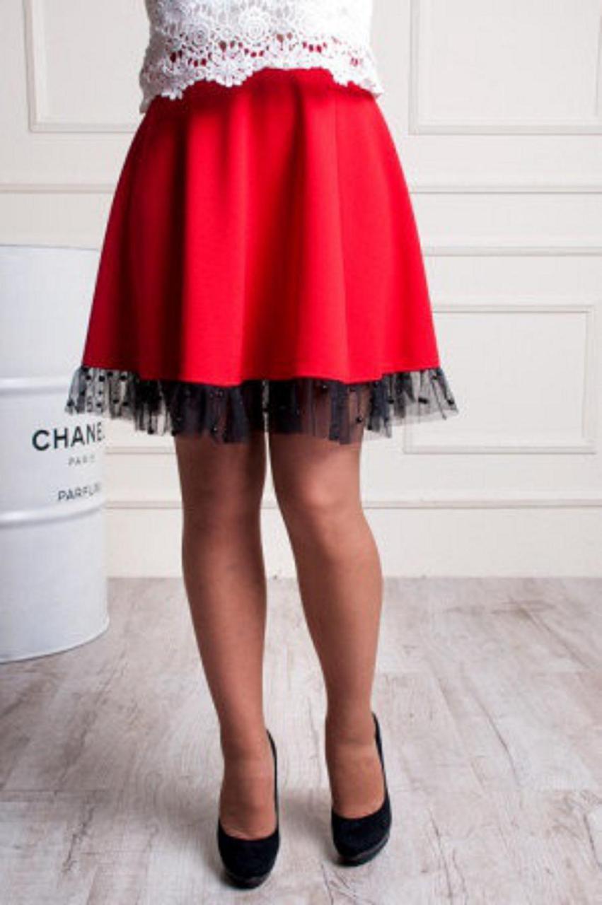 Красная трикотажная юбка украшена фатином с бусинками