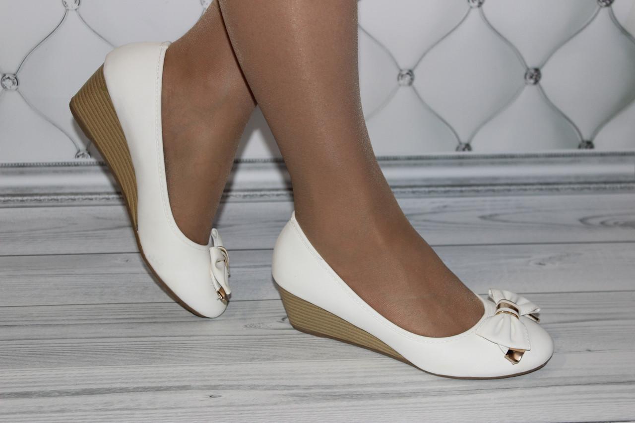 Женские туфли на танкетке белого цвета размер 36