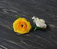 Головка бутона розы желтого цвета