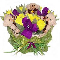 Букет из конфет Корзинка тюльпанов с ирисами и мягкими мишками