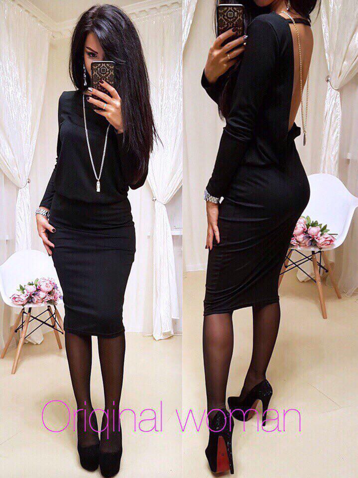 Платье силуэтное с открытой спиной и украшением