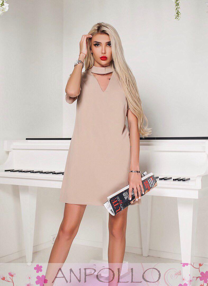Платье выше колена с чокером и декольте