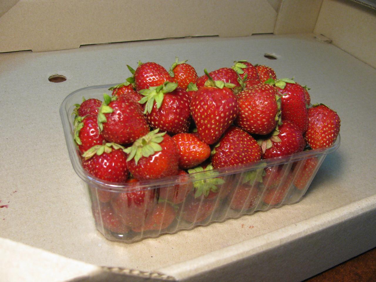 Пластиковый контейнер для клубники на 500. г. ягоды