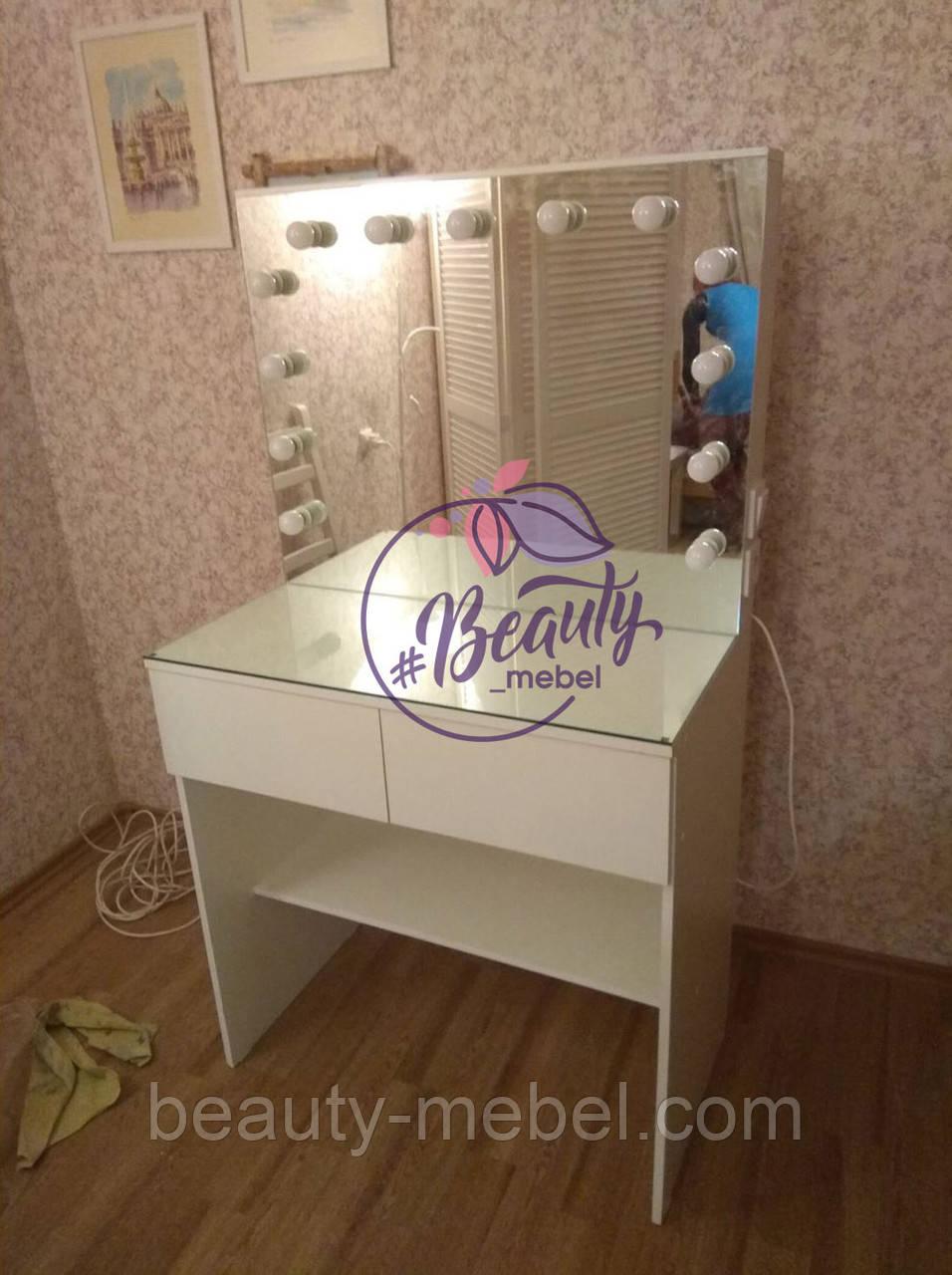 Гримерный столик с зеркалом без рамы и большим количеством ламп