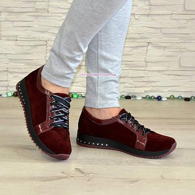Женские замшевые туфли бордового цвета, декорированы кожаными вставками
