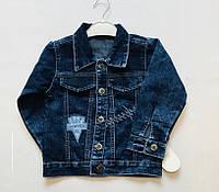 Куртка  джинсовая для мальчика на 4-6 лет синего цвета с нашивками оптом