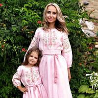 Парные вышиванки: Нежный комплект вышитых платьев для мамы и дочки с цветочным орнаментом, фото 1