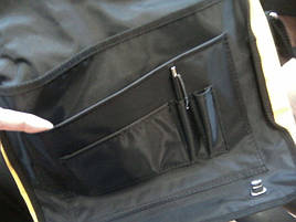 Под клапаном несколько дополнительных кармашков для ручек, блокнота, документов.